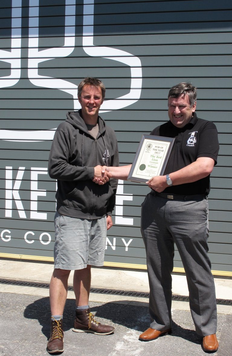 Tom Gee from the red Lion accepts the Pub of the Year certificate from Branch Chair Vince Chilcott