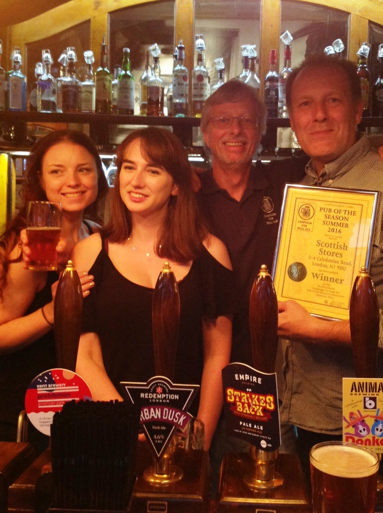 Ian Collins (far right) and his team accept the 2016 Summer Pub of the Season Award from John Cryne